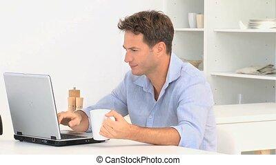 draagbare computer, het kijken, gebruik, fototoestel man, na