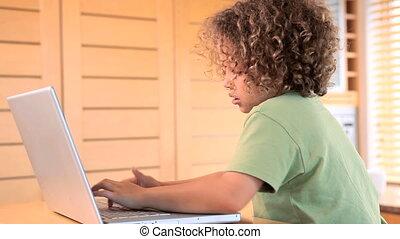draagbare computer, het typen, jongen