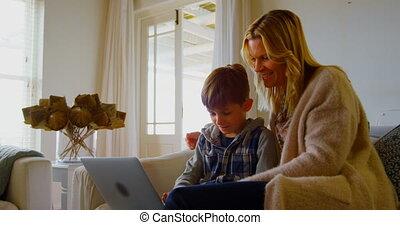 draagbare computer, huis voorkant, comfortabel, aanzicht, moeder, gebruik, sofa, kaukasisch, 4k, zoon, jonge