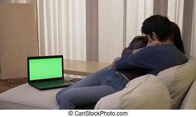 draagbare computer, kamer, het schouwen rolprent, paar, getrouwd, het koesteren, groene, thriller, scherm, levend, lachen