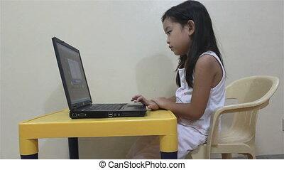 draagbare computer, lezende , spelend, kind