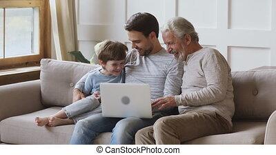 draagbare computer, mannen, samen, vriendelijk, gebruik, multi, drie, gezin, generatie, leeftijd