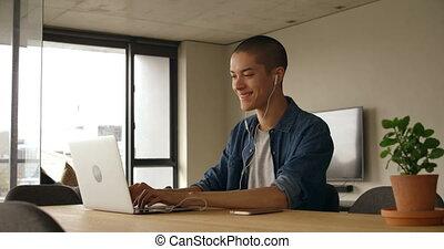 draagbare computer, thuis, muziek, terwijl, gebruik, man, 4k, het luisteren