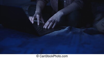 draagbare computer, vrouw, gebruik, handen