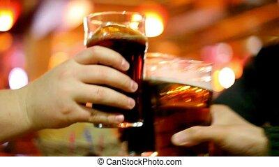 drinkbeker, drie, bier, handen, clink glazen