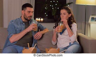 drinkend sap, vrolijke , takeaway, paar, thuis