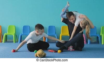 dwaas, ongeveer, gezin, vader, children., home., spelend, vrolijke