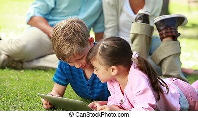 ebook, siblings, terwijl, gebruik, het glimlachen, het liggen