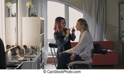 echte, friend., haar, kunstenaar, mensen., werken, make-up