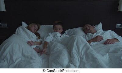 een, zoon, groenteblik, gezin, krijgen, niet, hotel, bed, slapend, ouders