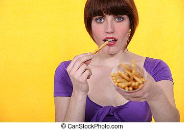 eten, brunette, frites, puntzak
