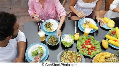 eten, mensen, gezonde , communicatie, vegetariër, zittende , groep, klesten, voedingsmiddelen, aanzicht, tafel, hoek, vrienden, bovenzijde