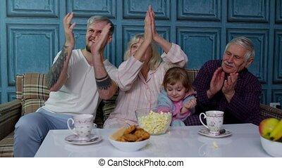 eten, movies, lachen, vrolijke , multigenerational, komedie, stripfiguren, televisie, gezin, popcorn, schouwend