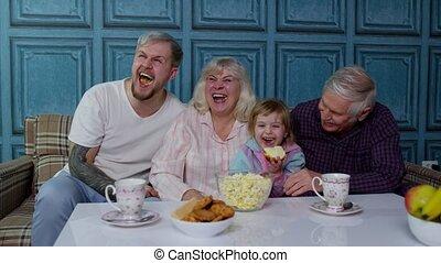 eten, movies, lachen, vrolijke , multigenerational, stripfiguren, televisie, gezin, popcorn, schouwend, thuis