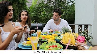 eten, zittende , gezonde , communicatie, vegetariër, mensen, voedingsmiddelen, groep, tropische , pov, terras, tafel, vrienden, praatje