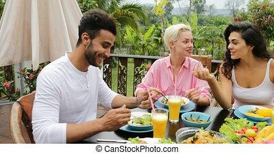 eten, zittende , gezonde , communicatie, vegetariër, mensen, voedingsmiddelen, groep, tropische , terras, tafel, vrienden, praatje