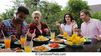 eten, zittende , voedingsmiddelen, communicatie, mensen, jonge, groep, klesten, terras, buitenshuis, tafel, vrienden