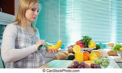 etende vrouw, banaan, zwangere