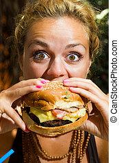 etende vrouw, cheeseburger