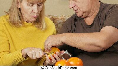etende vrouw, voedingsmiddelen, paar, mannen, van, fruit, overweight., gezonde , concept, couch., sneeen, thuis, senior, stuk, persimmon, geeft