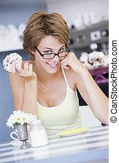 etende vrouw, zittende , zoet, jonge, behandelen, koffiehuis