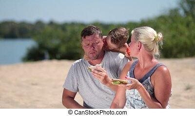 etentje, het genieten van, strand, gezin, vrolijke
