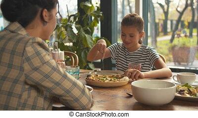 etentje, moeder, meisje, pizza, sneeen