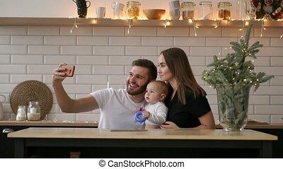 familie foto, boeiend, bed, ouders, baby, thuis, het glimlachen, selfie