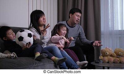 familie kamer, aziaat, schouwend, huiselijk, voetbalwedstrijd