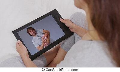 family., bankstel, tablet, relaxen, online., kleinkinderen, vrouw, vrolijke , haar, praatje, klesten, aanzicht, gebruik, achterkant, kinderen, jonge, terwijl, home., digitale