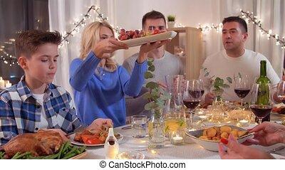 family dinner, feestje, thuis, hebben, vrolijke