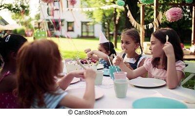 feestje, buitenshuis, tafel, tuin, summer., kleine, zittende , kinderen