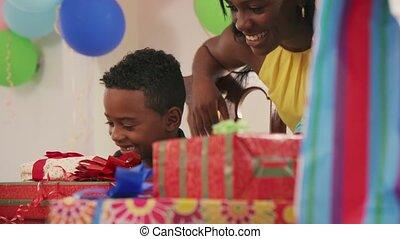 feestje, kind, vader, vieren, jarig, moeder, thuis, vrolijke
