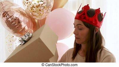 feestje, krijgen, geshockeerde, opening, na, doosje, kado, vrouw voerende hoed