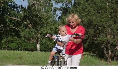 fiets, kleinzoon, park, grootmoeder, plezier, hebben
