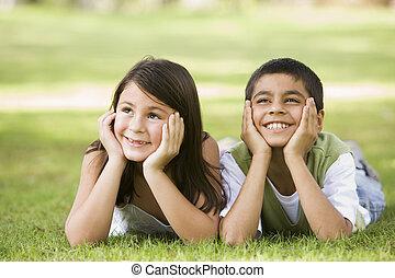 focus), park, jonge, twee, buitenshuis, (selective, het glimlachen, kinderen, het liggen