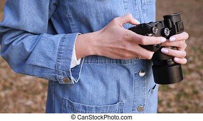 fototoestel, straat, kleren, beeldmateriaal, vrouwelijke vrouw, black , handen, chooses, denim, blik, close-up., mirrorless