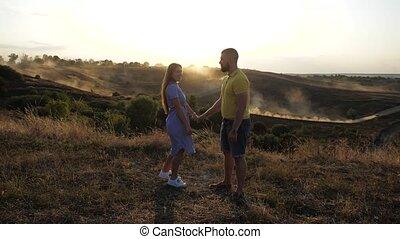 fris, kerel, koppel zonsondergang, schattig, jonge, warme, achtergrond, weather., akker, lucht, omhelzingen, tegen, spikelets, verlaten, haar, kussen, vriendin, herfst, zijn, love., datum, romantische