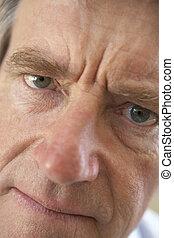 frowning, verticaal, senior, fototoestel man