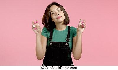 gebaar, vrijstaand, zoals, twee, vrouw, zeer, ironie, het tonen, kromming, concept., vingers, citaten, op, achtergrond., sarcasme, roze, gekke , handen