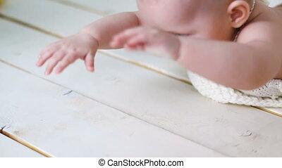 gebreid, klein meisje, overalls, zittende