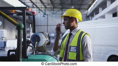 gebruik, arbeider, twee-weg, mannelijke , 4k, magazijn, radio
