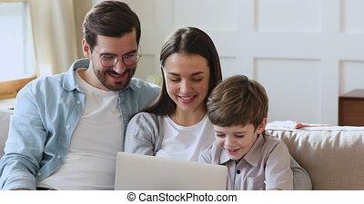 gebruik, gezin, drie, draagbare computer, ontspannen, sofa, zetten