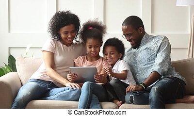 gebruik, tablet, schattig, spel, digitale , afrikaan, toneelstuk, ouders, kinderen
