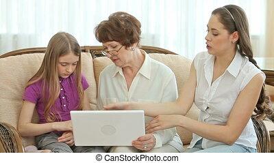 gebruikende laptop, oma