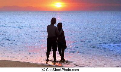 gedurende, paar, strand, ondergaande zon , romantische