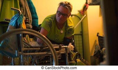 gehandicapte vrouw, wheelchair, haar, transferred, gang, apartment.