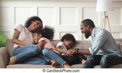 geitjes, gezin, kietelen, amerikaan, lach, afrikaan, thuis, vrolijke
