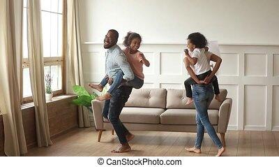 geitjes, ritje op de rug, ouders, lachen, afrikaan, thuis, spelend, vrolijke