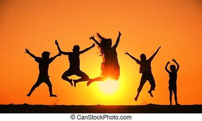 geitjes, silhouette, gezin, springt, vijf, ondergaande zon